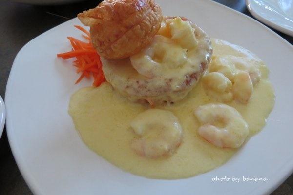 ケアンズ バーナクルズビルズシーフードイン barnacle Bill!s Seafood inn おすすめ 自家製パイとエビのニンニク炒め Homemade Pie & Prawn Garlic