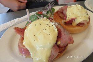 ケアンズ コーストローストカフェ cairns Coast Poast Cafe エッグベネディクト eggs benedict with beacon